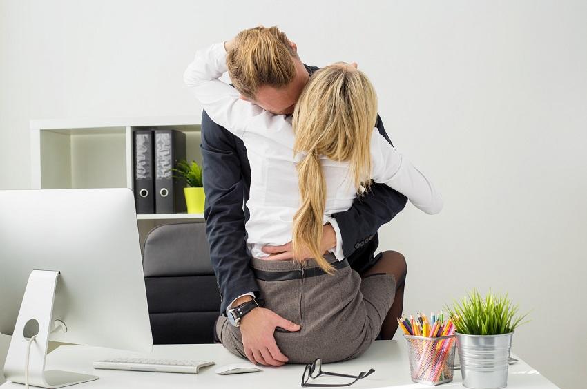 tư thế quan hệ ở bàn làm việc